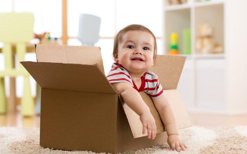 bébé dans un carton